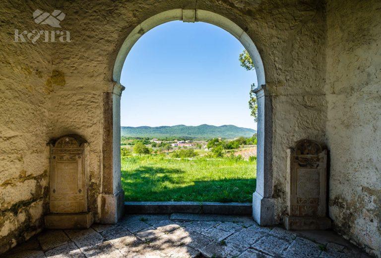 Pogled na kras skozi obok